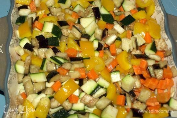 Выкладываем овощи в форму для запекания. Баклажаны промыть проточной водой, отжать и добавить к остальным овощам. Добавить соль, перец, растительное масло и перемешать. Отправить в заранее разогретую до 180ºС духовку на 20 минут.