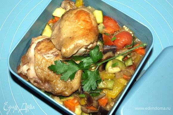 В ланч-бокс кладем порцию куриных бедер и овощей.