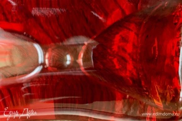 Наливаю биттер «Апероль». В ингредиентах его нет, я указал «апельсиновый ликер». «Апероль» продается в стеклянных бутылках с названием «Апероль». В данном случае это является базой коктейля.
