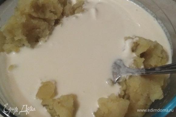 Влить в натертый картофель. Перемешать до однородной массы.