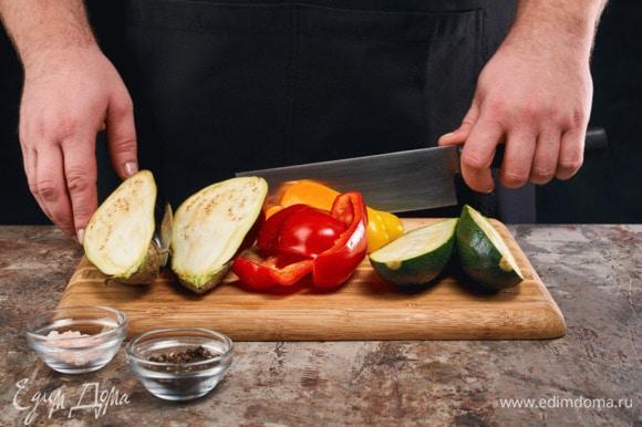 В это время баклажан, цукини и перец нарежьте крупно. Посолите и поперчите, сбрызните лимонным соком и оливковым маслом.
