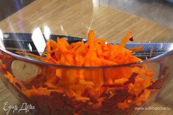 Свеклу и морковь натереть на крупной терке.