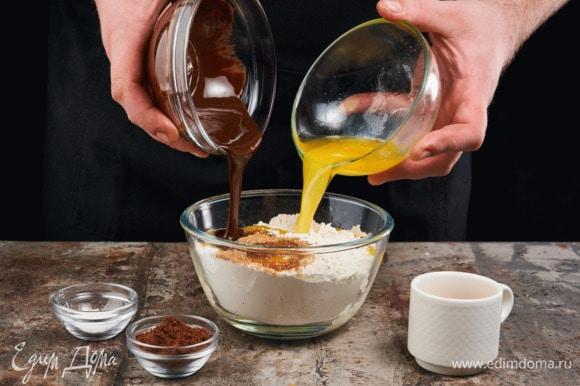 Добавьте растопленный шоколад и сливочное масло, разрыхлитель, какао и кофе. Перемешайте до получения однородной массы.
