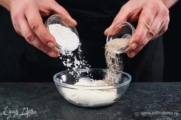 Для приготовления глазури смешайте сахарную пудру, ванильный сахар и сливочный сыр.