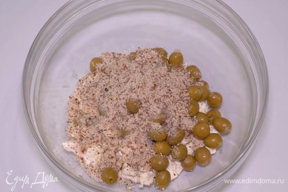Помимо оливок добавляем 3 столовые ложки миндальной крошки.