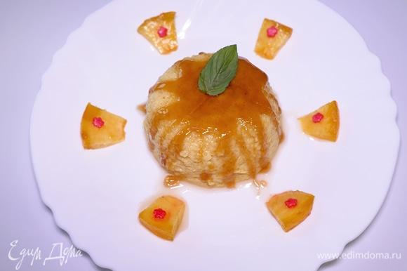 Если карамель покажется вам слишком жидкой, можете приготовить свежую густую карамель и полить готовый пудинг. Можно украсить эту лакомку кусочками персика и листиком мяты. Нежный, легкий и воздушный десерт на все случаи жизни! Приятного аппетита!