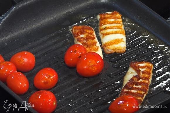 Сулугуни нарезать на крупные ломтики, добавить на сковороду вместе с помидорами, обжарить.