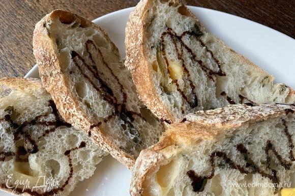 Я подаю с хлебом. Можно с гренками или крутонами. Хлеб слегка поливаю бальзамическим кремом.