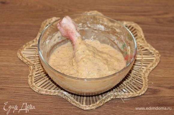 Затем макаем голени в густой картофельный кляр.