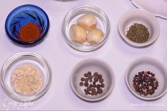 Опускаем язык в воду, добавляем специи, по 1 чайной ложечке: душистый перец, обычный черный перец горошком, чеснок, пропущенный через пресс, сушеный молотый лук, паприку и чабрец. Помимо этого, я добавляю 1 столовую ложку соли.