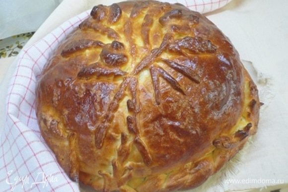 Смазываем яйцом и выпекаем 35–40 минут при температуре 180°C. При необходимости накройте каравай влажной пекарской бумагой.