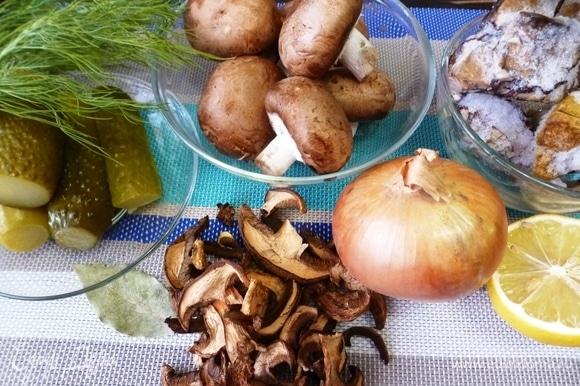 Подготовить ингредиенты для кальи. Из грибов у меня — сухие моховики, смесь замороженных подосиновиков, а также белые и шампиньоны, куда ж без них. Но подойдут любые лесные грибы. Соленых огурцов берите столько, чтобы вам было вкусно. Они же бывают разными по соли и по кислоте, так что мои 4 огурца — условное количество.