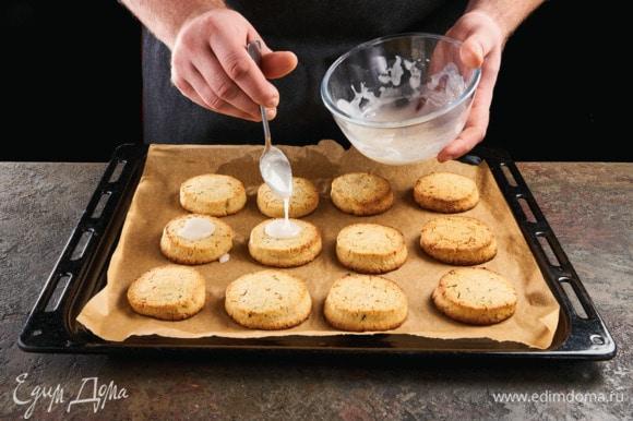 Готовые печенья полейте сиропом.