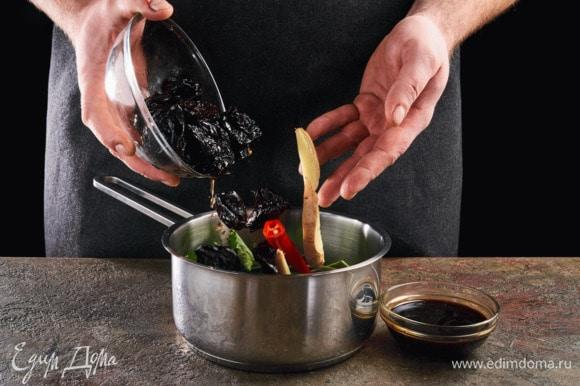 Перец чили и имбирь нарежьте крупно. В сотейник добавьте чернослив, соевый соус, имбирь, перец чили и кинзу.