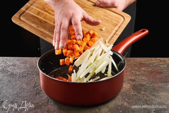 В сковороде растопите сливочное масло, добавьте овощи и веточку тимьяна. Обжарьте до золотистого цвета.