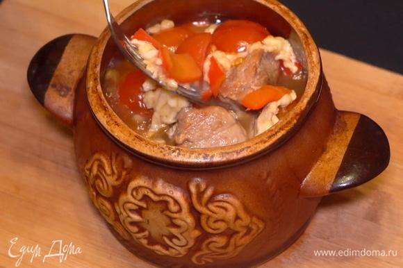 При этом здесь много вкусного соуса. Можно приготовить жаркое по этому рецепту буквально за час. Подавать на обед или праздничный ужин! Приятного аппетита :)