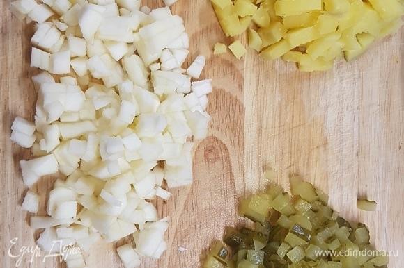 Вареный картофель, соленые огурцы, яблоки (очищенные от кожуры и сердцевины) нарезать мелким кубиком.