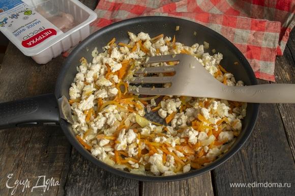 Обжариваем мясо с луком 5 минут, добавляем нарезанную тонкой соломкой или натертую на крупной терке морковь, жарим еще 5 минут.