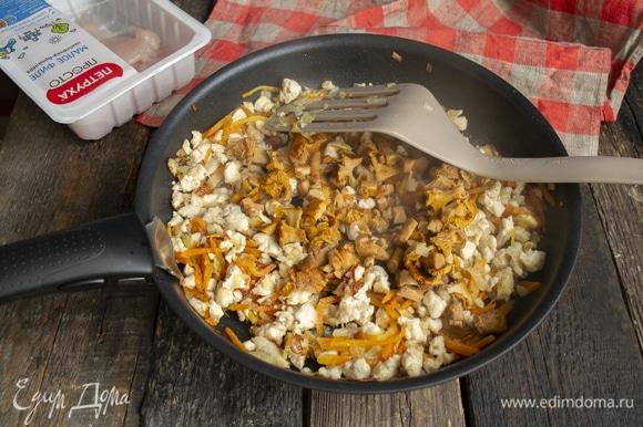 Добавляем грибы, можно любые. В моем рецепте — вареные лисички. Сырые шампиньоны тоже подойдут. Готовим все вместе еще несколько минут.