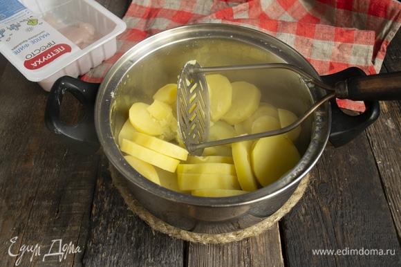 Отвариваем до готовности картофель, разминаем.