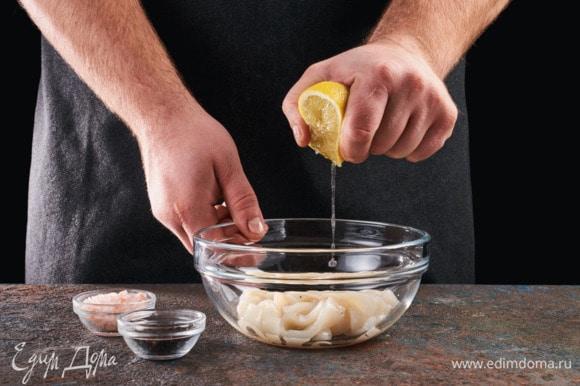 Выложите их в миску, посолите, поперчите, выдавите сок половины лимона. Оставьте мариноваться на полчаса.