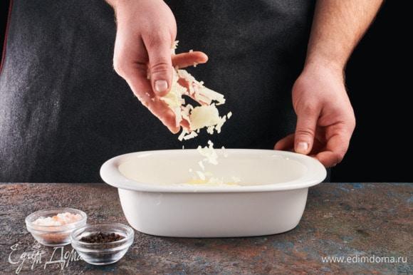 На противень, смазанный маслом, выложите половину картофеля, выложите 2 ложки сметанного соуса, добавьте половину нарезанного лука. Посолите, поперчите.