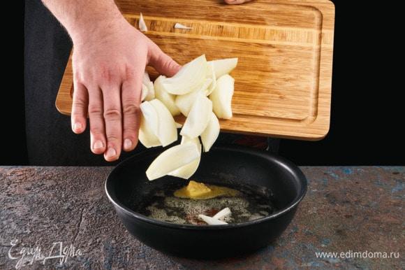 Лук обжарьте в сливочном масле до золотистого цвета.