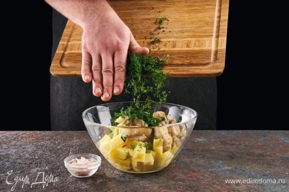 Смешайте отварной картофель, мелко нарезанный укроп, томленную в масле рыбу, посолить, поперчить.