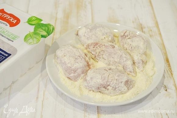 В муку добавьте соль. Можно добавить немного любимых приправ. Обваляйте каждый кусочек курицы.