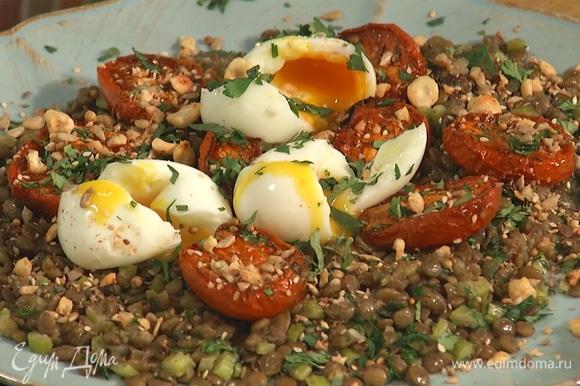 Чечевицу выложить на тарелку, сверху — помидоры и яйца. Посыпать блюдо оставшейся кинзой и приправой дукка.