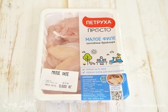 Пока запекается картофель, приготовим начинку. Нам понадобится куриное филе. Я использую куриное филе ТМ «Петруха Просто». Курочка этой торговой марки выращена на натуральных кормах, без антибиотиков и ГМО.