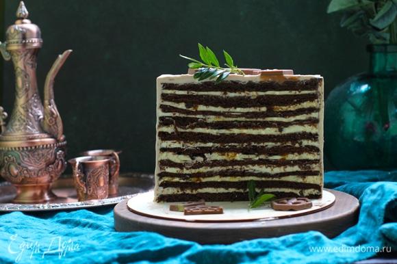 Этапы приготовления торта. 1. Шоколадный медовый бисквит. 2. Сливочно-сметанный крем с грецким орехом. 3. Ванильное суфле с черносливом.