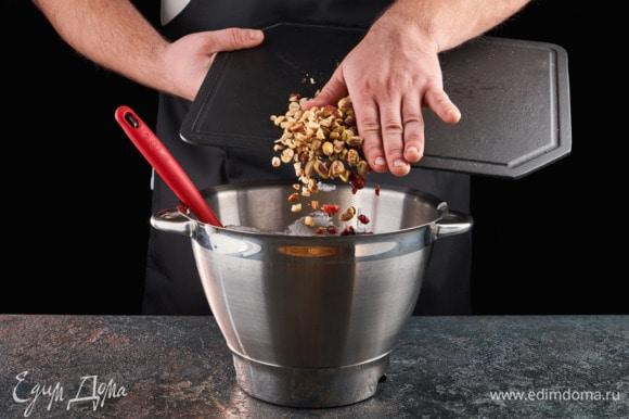 Фундук, фисташки и клюкву добавьте во взбитые белки, перемешайте.