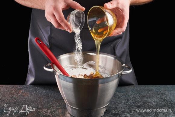 Добавьте мед и ванилин, все тщательно перемешайте.