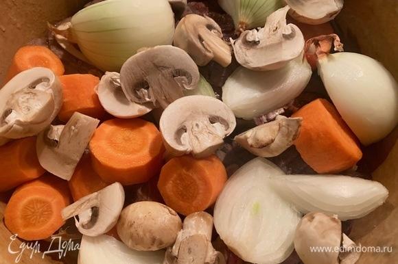 Грибы и овощи нарезать крупно, стебель сельдерея — на дно кастрюли. Посолить, добавить паприку, лавровый лист. Залить водой, тушить на тихом огне 1,5 часа.