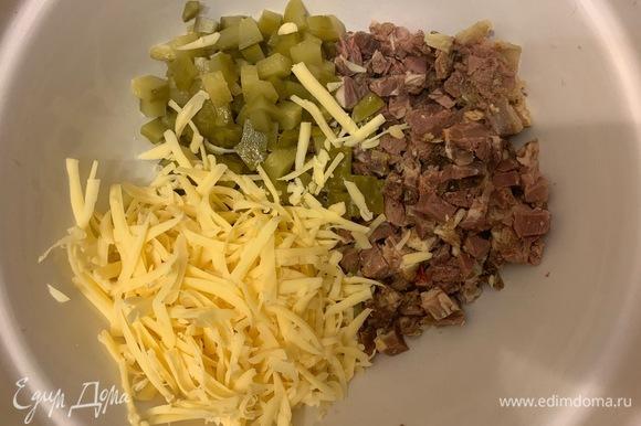 Яйца сварить. Нарезать. Сыр натереть, огурцы и буженину мелко нарезать кубиком. Буженина отварная, запеченная, копченая — любая, какая у вас есть. Сыр твердый.