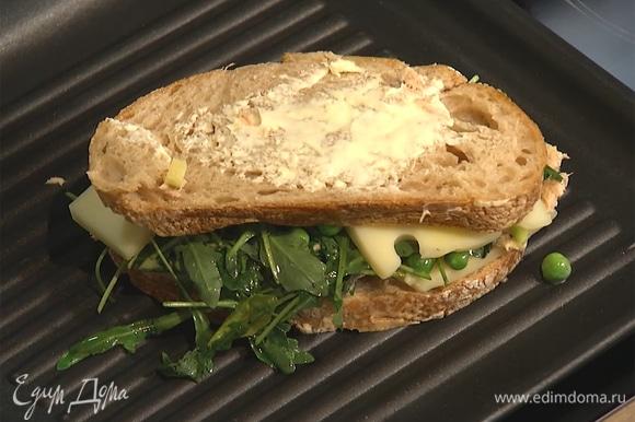 Хлеб с внешних сторон промазать сливочным маслом.