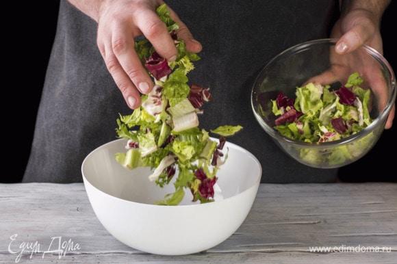 Салатный микс выложите в салатник из серии посуды Diwali White от Luminarc.
