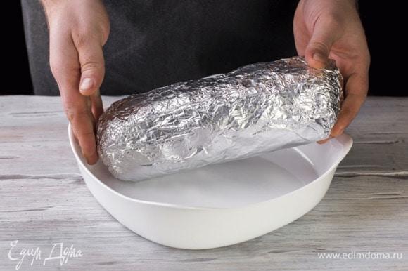 В форму для запекания выложите мясо и налейте 100 мл воды. Поставьте в духовку, разогретую до 180°С на 1,5 часа.