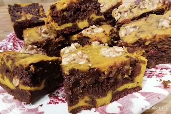 Брауни важно не перепечь, иначе у вас получится обычный кекс. Влажная структура брауни внутри — это отличительное свойство десерта.