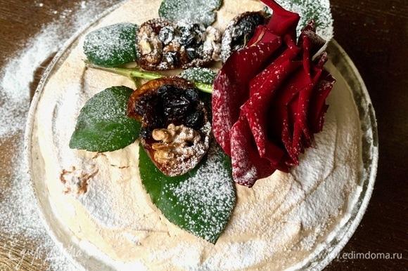 Припудриваю сахарной пудрой, чтобы пирог не показывал стеснение, что он хорош!
