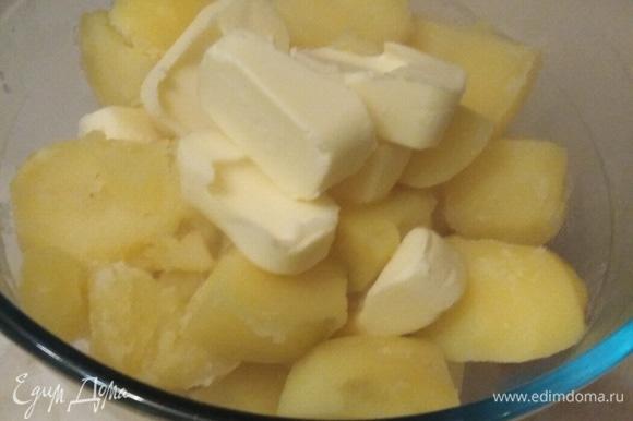 Отварить картофель в соленой воде. Слить. Добавить сливочное масло. Размять.