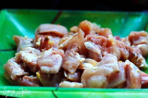 Рис сварить заранее. Если есть рис вчерашней варки, то это даже лучше. Куриные бедра филеровать (удалить кость, снять кожу). Нарезать кусочками, слегка посолить, посыпать перцем, оставить.