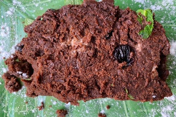 Сыр хорошо пропитал кекс, текстура очень шоколадная.