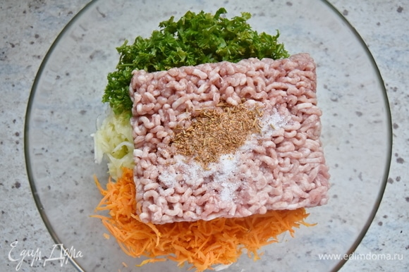 В качестве белкового дополнения можно взять любой фарш или смесь. Всыпать соль и специи по вкусу.