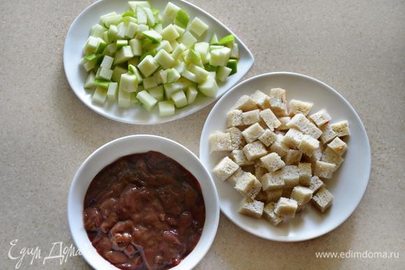 Для начинки с хлеба срежьте корки и нарежьте мякиш на небольшие кубики. Яблоко также нарежьте на мелкие кубики. Подготовьте печень, нарежьте ее небольшими кусочками.