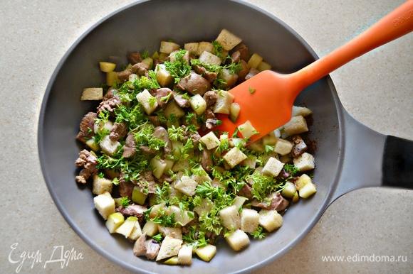На хорошо разогретом сливочном масле в течение 3 минут обжарьте печень с яблоками и хлебом. Приправьте солью, перцем и добавьте рубленную петрушку. Перемешайте.