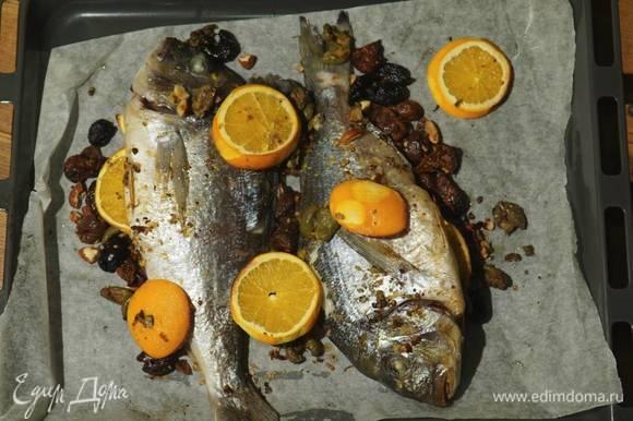 Запекать рыбу в разогретой духовке 20 минут.