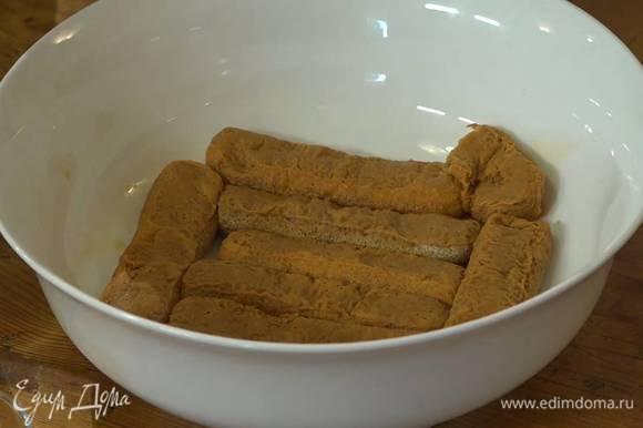 Сварить чашку крепкого кофе, перемешать с оставшимся ромом и пропитать бисквиты.
