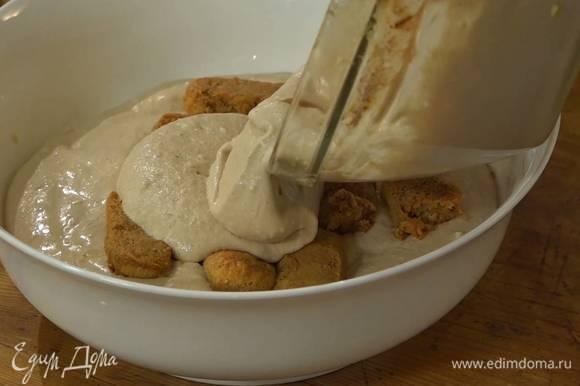 Половину пропитанных бисквитов уложить одним слоем в красивую форму или в коктейльные бокалы, сверху выложить часть крема из маскарпоне, затем еще один слой печенья, а сверху оставшийся крем.